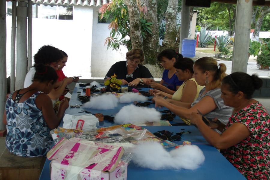 Mães do Projeto em aula de artesanato